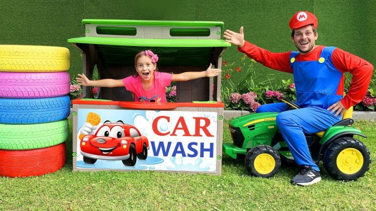 Sofiya-igraet-v-mojku-mashin-Sofia-plays-with-Car-Wash-with-Cleaning-Toys