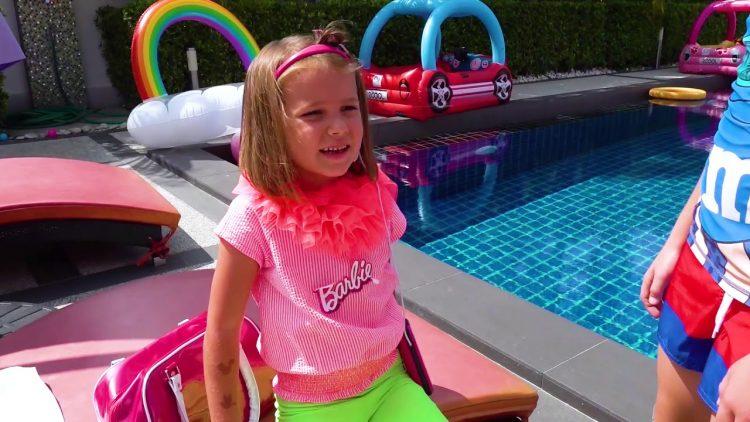 Katya-s-druzyami-igrayut-v-kuklu-Barbi