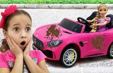 Sofiya-igraet-v-mojku-mashin-Sofia-playing-Car-Wash-with-Cleaning-Toys