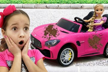 Sofiya-igraet-v-mojku-mashin-Sofia-playing-Car-Wash-with-Cleaning-Toys