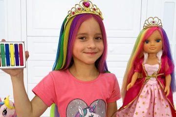 Sofiya-igraet-v-salon-krasoty-i-krasit-volosy-tsvetnymi-kraskami-Sofia-plays-in-a-hair-beauty-Salon