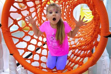 Diana-and-Roma-have-fun-playing-at-the-Indoor-Playground-for-kids