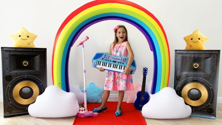 Sofiya-igraet-v-SHou-talantov-na-muzykalnyh-instrumentah-i-poet-Detskuyu-pesnyu